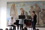 Trio de Bavards po druhé. Filip Horák konečně u svého milovaného klavíru. Soubor pracuje pod vedením Petry Bradáčové a Lubora Horáka.